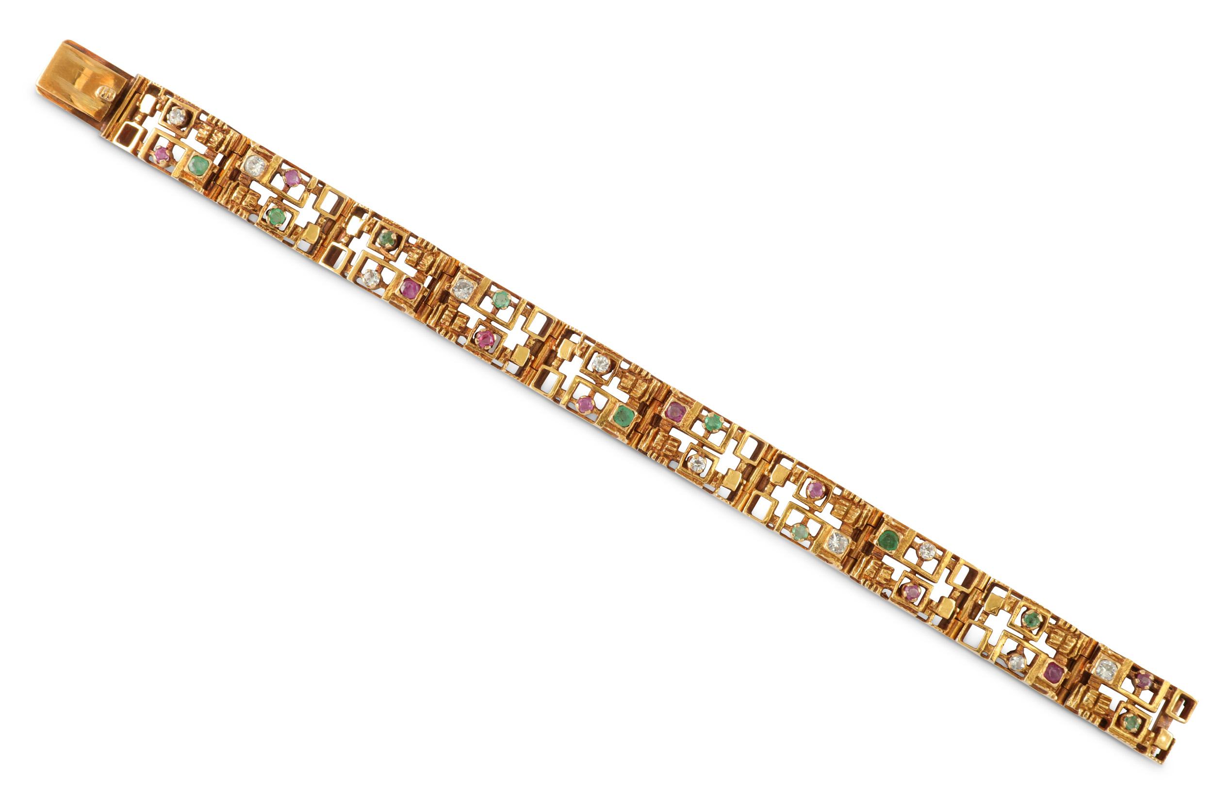 Lot 40 - A gem-set brooch / pendant, bracelet and ring suite, circa 1970