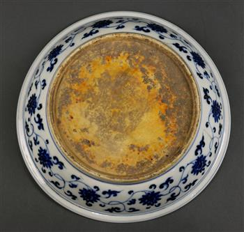 Lot 5020 - Chinese underglaze blue porcelain platter, featuring a meandering dragon in the well, the wall