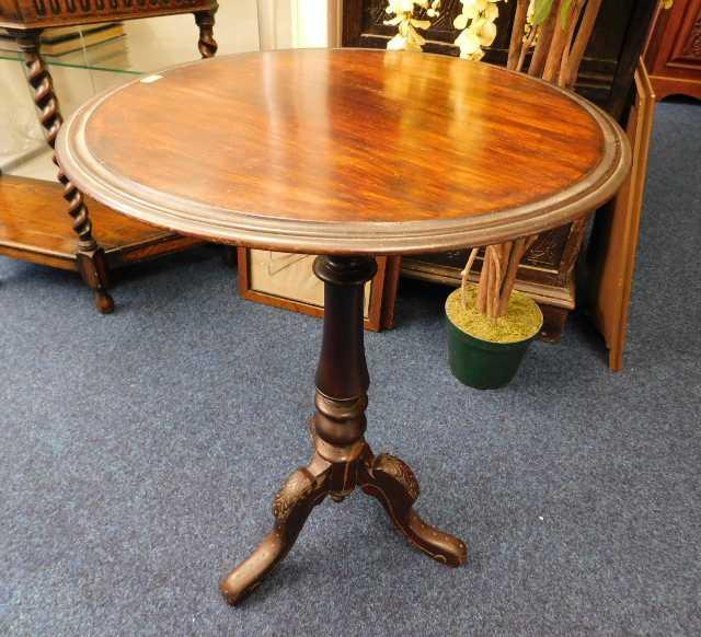 Lot 72 - A mahogany pedestal table