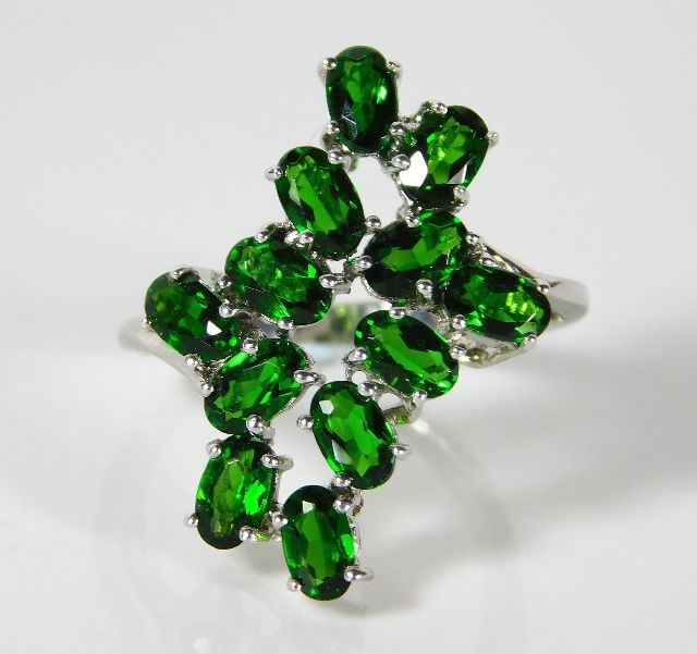 Lot 321 - A 9ct white gold ring set with green garnet 4.2g s