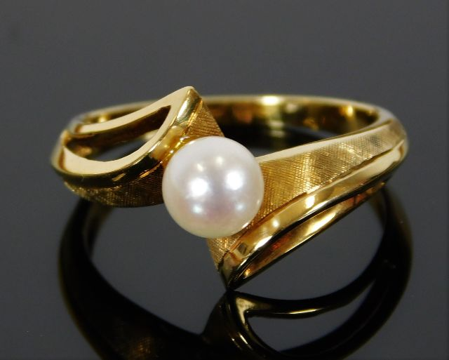 Lot 312 - An 18ct gold ring set with cultured pearl 3.9g siz