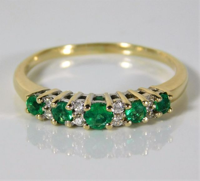 Lot 323 - A 9ct gold ring set with diamond & emerald 2.2g size S