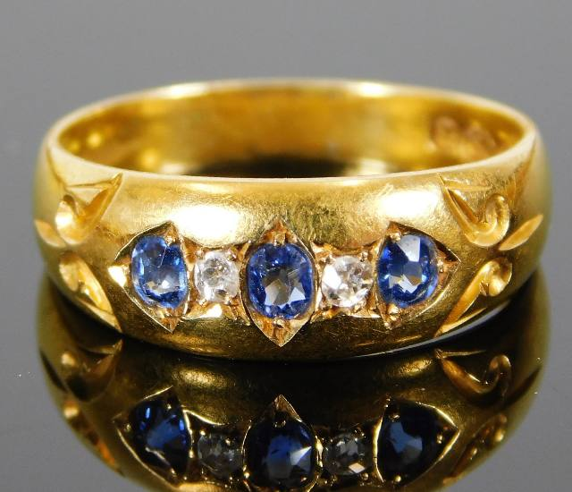 Lot 315 - An 18ct gold ring set with diamond & sapphire 3.1g