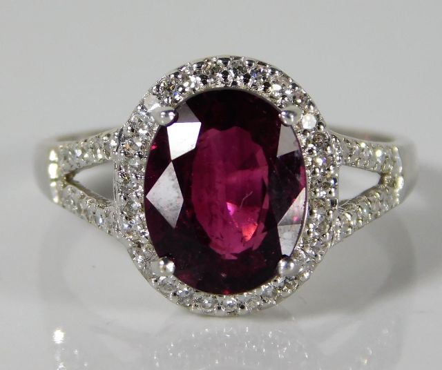 Lot 319 - A 9ct white gold ring set with garnet & 0.375ct di