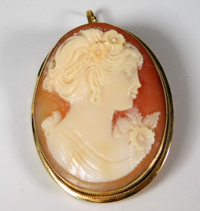 Lot 298 - A 9ct gold mounted cameo 38mm H 6.4g