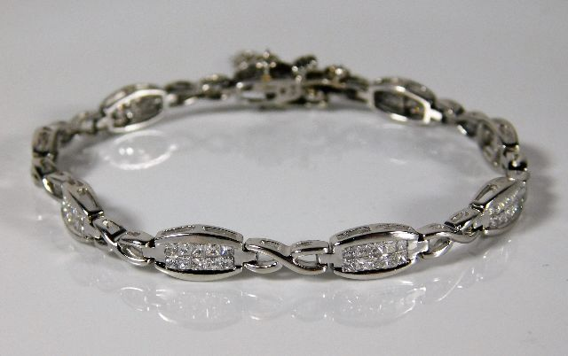 Lot 345 - A 9ct white gold bracelet set with approx. 2ct dia