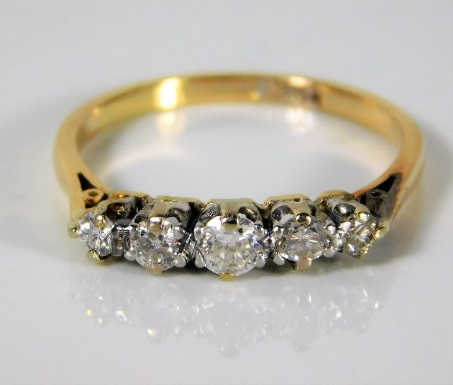 Lot 337 - An antique 18ct gold ring set with approx. 0.33ct