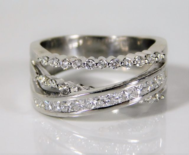 Lot 328 - An 18ct white gold ring set with 1ct of diamond 10