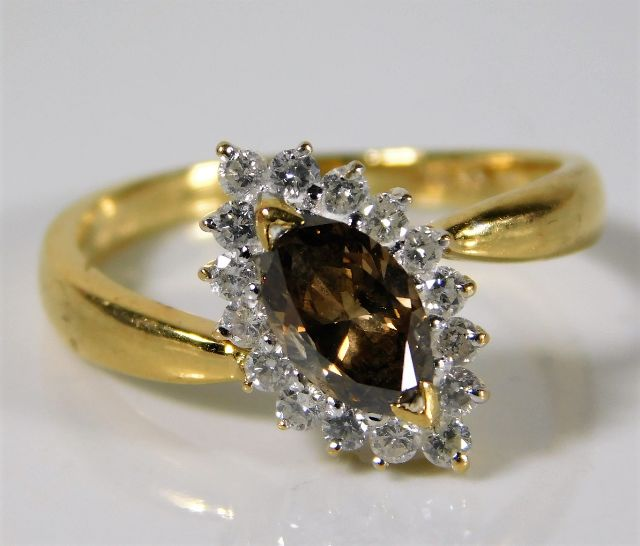 Lot 342 - An 18ct gold ring set with marquise cut cinnamon c