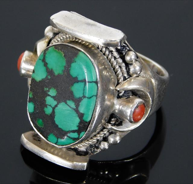 Lot 310 - A silver ring set with turquoise & coral 17.9g siz