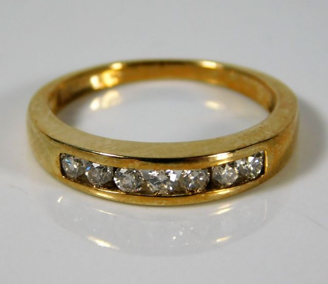 Lot 350 - An 18ct gold ring set with approx. 0.28ct diamonds