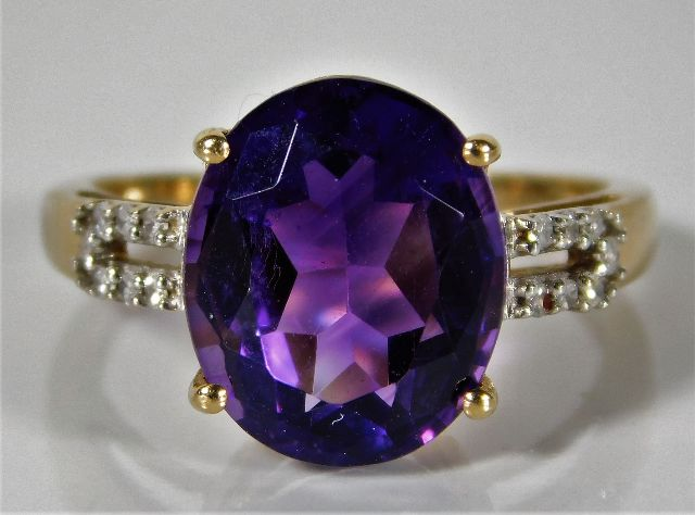 Lot 339 - A 9ct gold ring set with diamond & amethyst 2.6g s