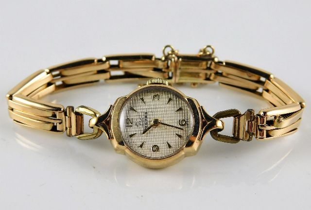 Lot 289 - A ladies Record wristwatch with 9ct gold case & pl