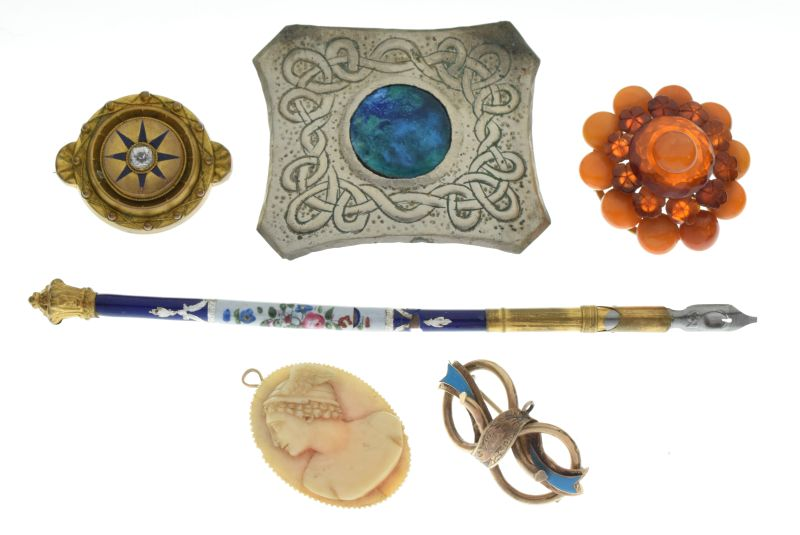 Lot 124 - Small selection of jewellery and effects to include Tudric-style bar brooch in the manner of