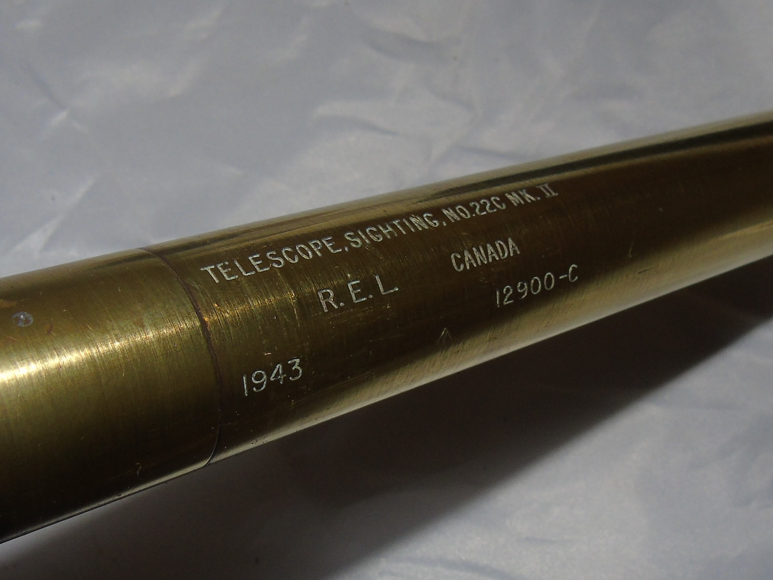 """Lot 21 - CANADIAN R.E.L. BRASS SIGHTING TELESCOPE WITH MILITARY CROWFOOT & STAMPTED 1943, EXTENDS TO 13"""" WITH"""