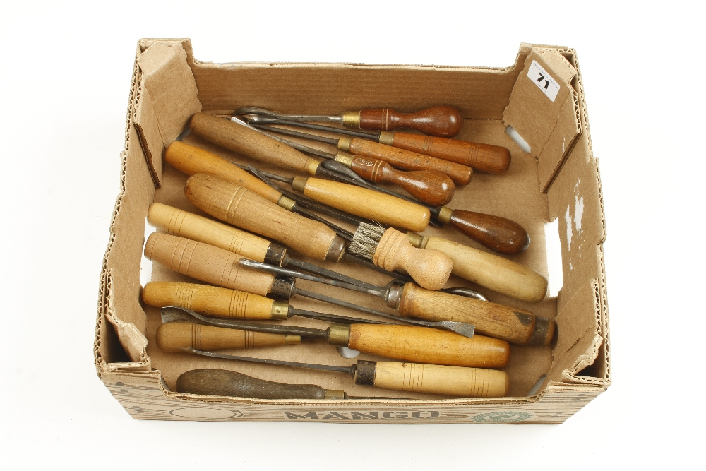 Lot 71 - 18 carving tools G+