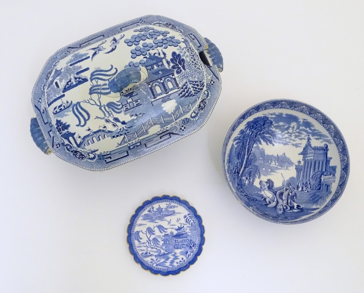 Lot 41 - Three assorted blue and white items to include a small lobed dish with a gilt rim in the Willow