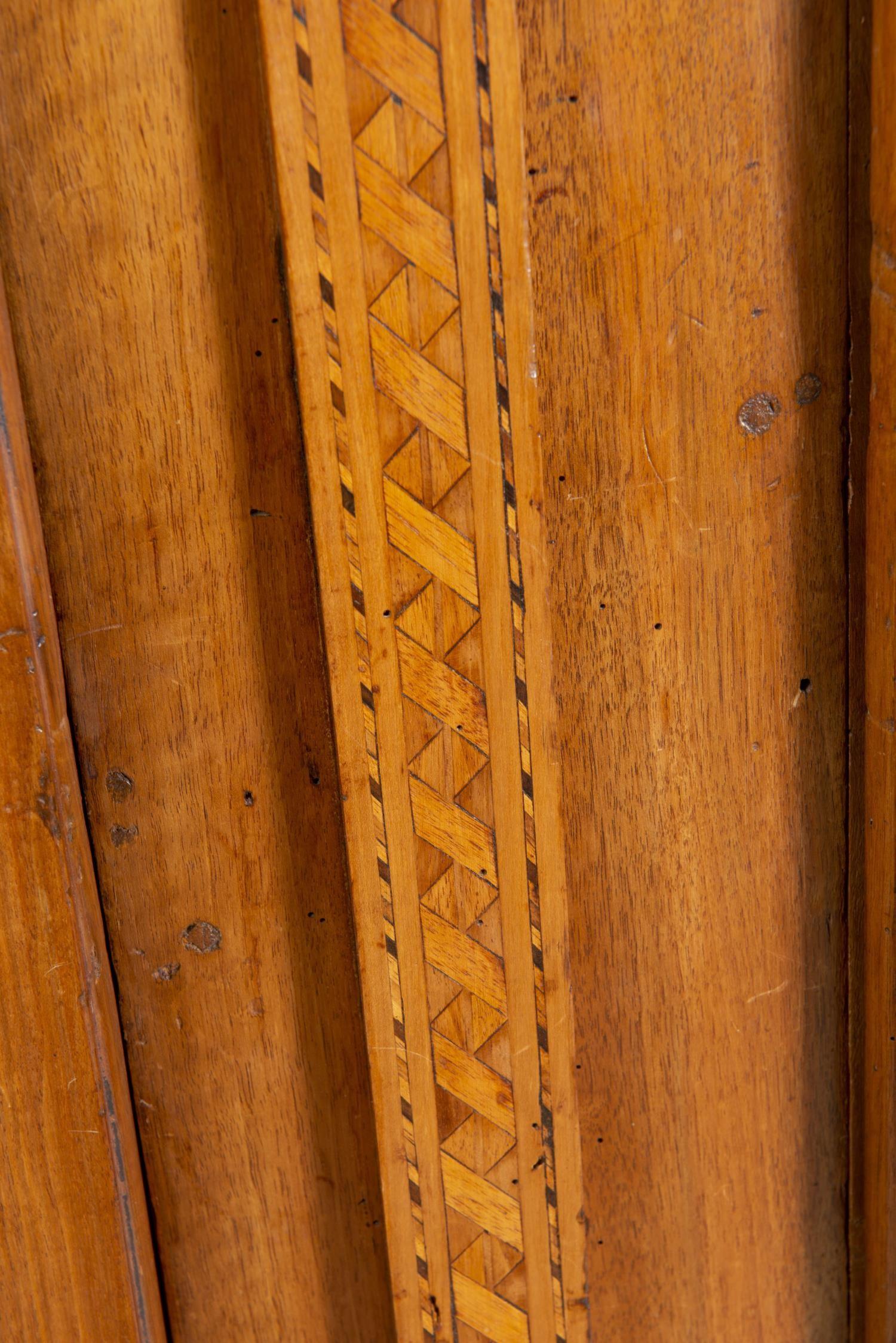 Lot 18 - Armoire de mariage fribourgeoise en noyer à chapeau de gendarme et 2 demi-colonnes [...]