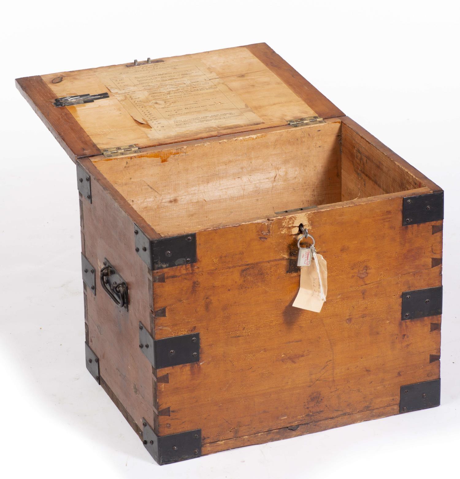 Lot 17 - Coffre rectangulaire en bois avec serrure à clé H. 43x51x38.5 cm - - Mobilier & [...]
