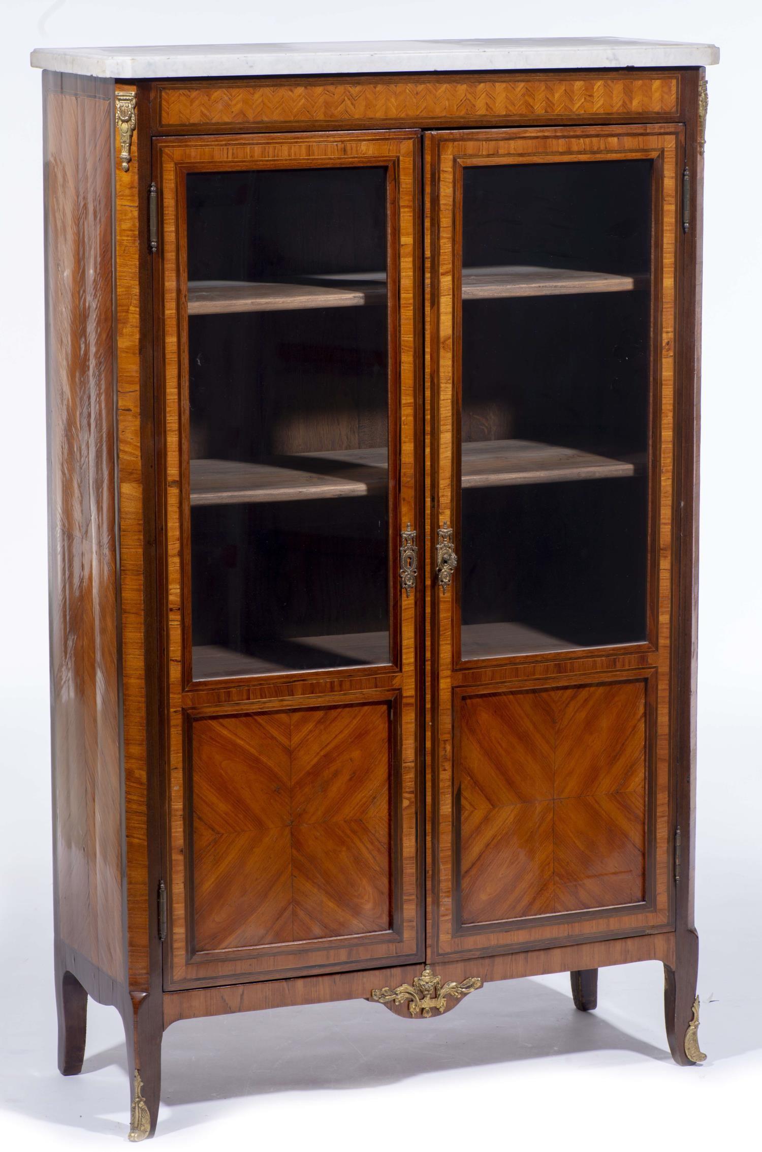 Lot 30 - Bibliothèque vitrine de style Louis XVI H. 155x91x37 cm - - Mobilier & Décoration [...]