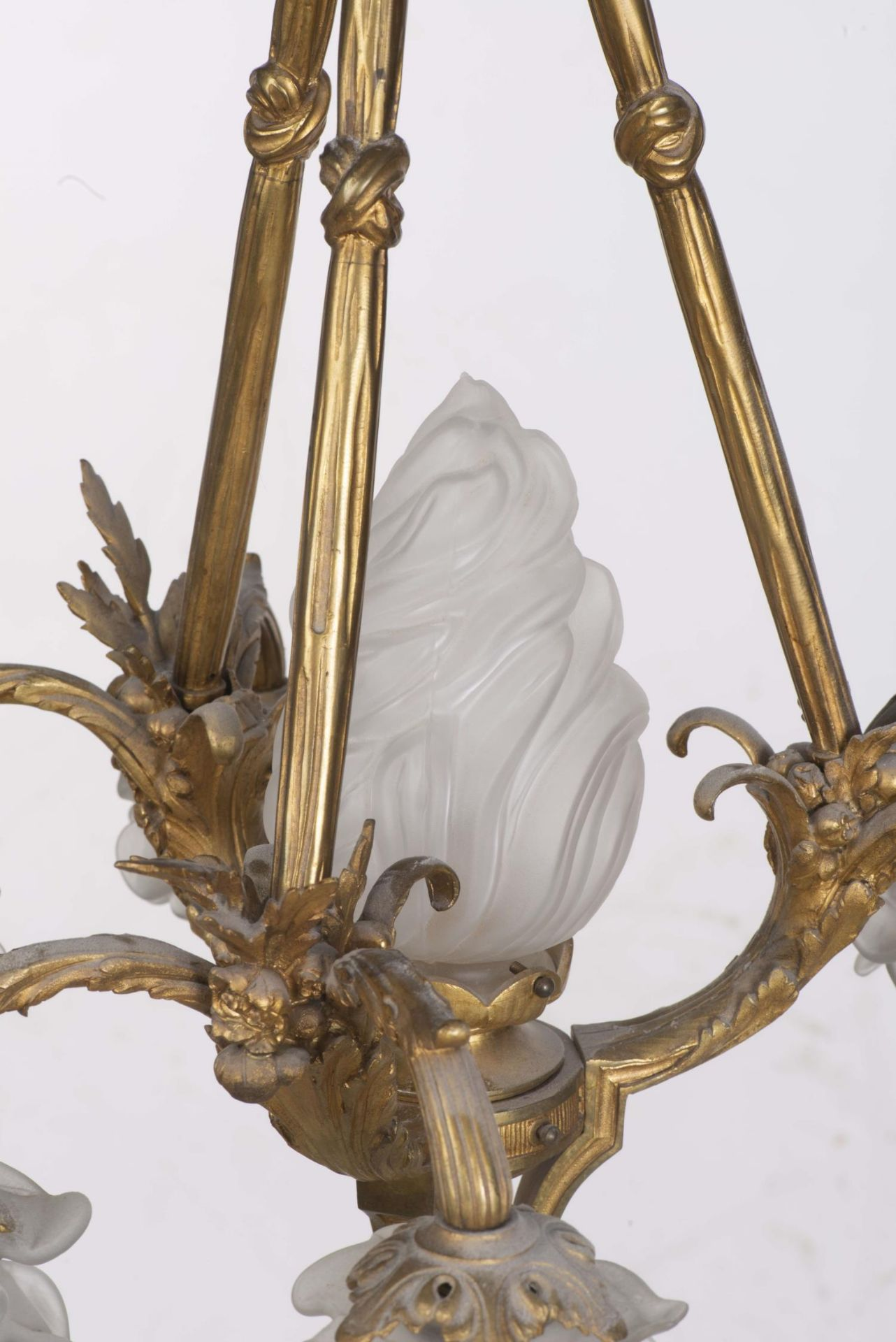 Lustre en bronze doré à décor de feuilles et rubans - Bild 2 aus 5