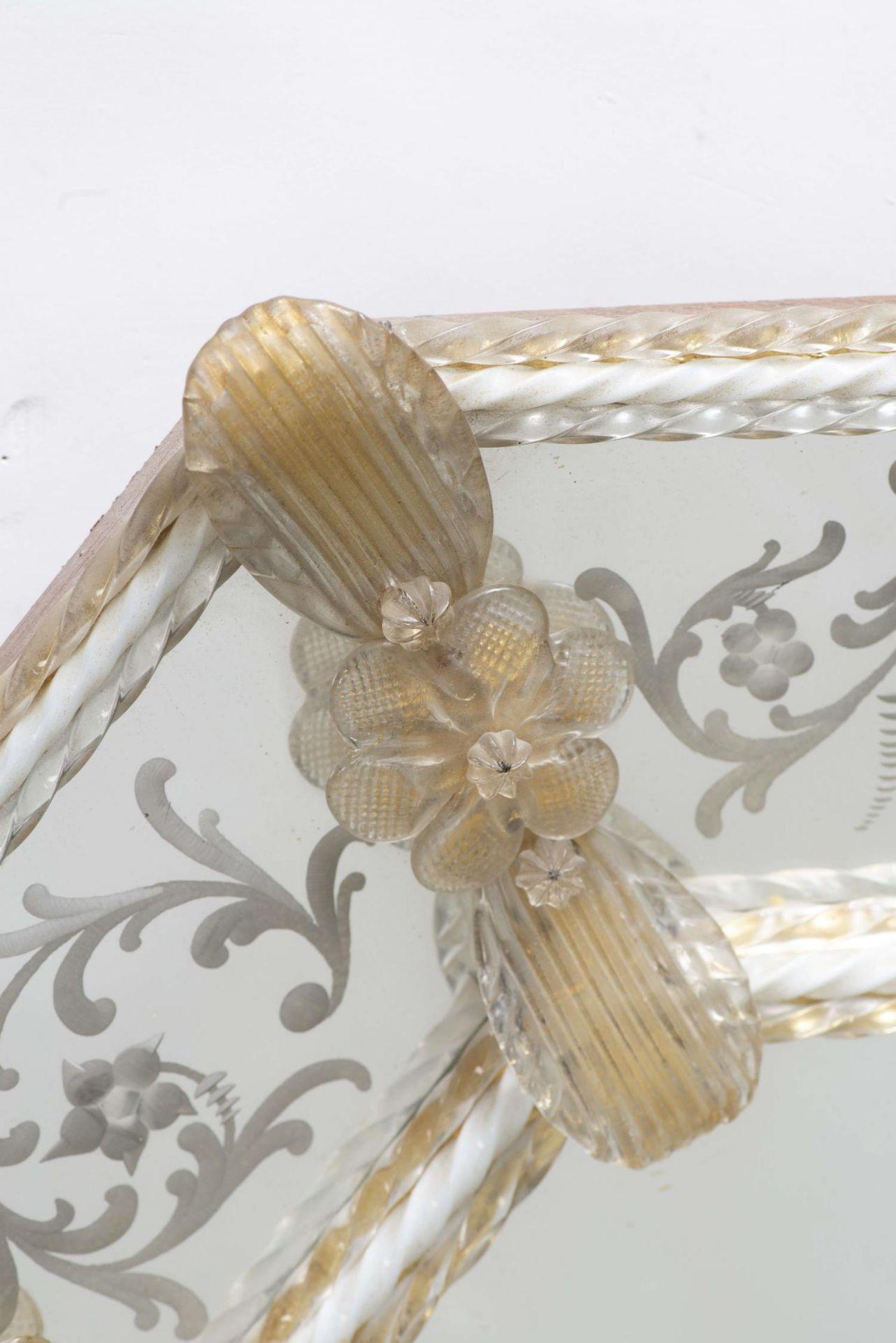 Miroir vénitien octogonal encadré de torsades et de fleurs en verre - Bild 3 aus 4