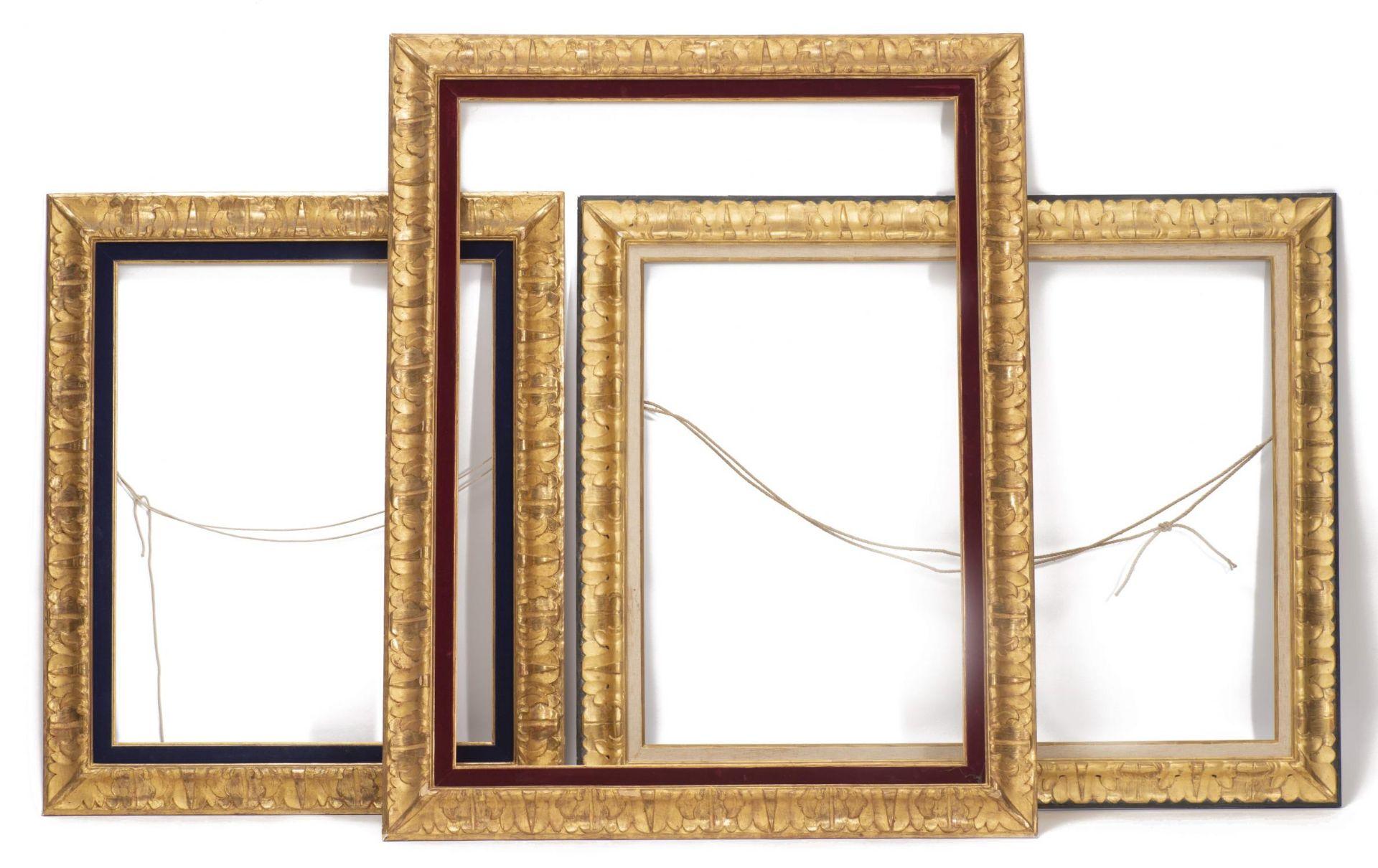 Ensemble de trois cadres en bois et stuc doré à décor de feuillages
