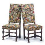 Paire de chaises à haut dossier droit Louis XIII en noyer