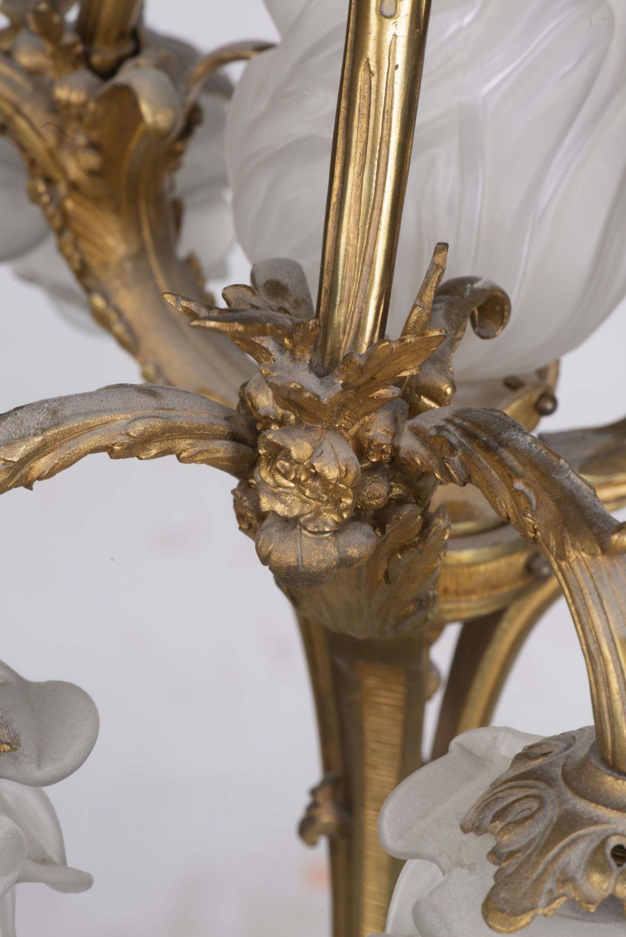 Lustre en bronze doré à décor de feuilles et rubans - Bild 3 aus 5