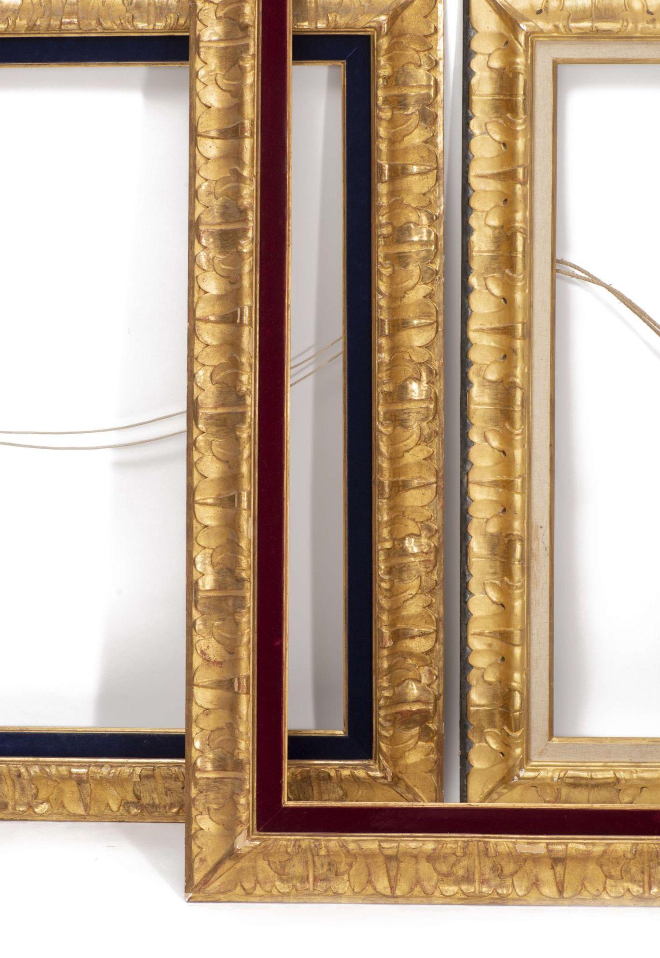 Ensemble de trois cadres en bois et stuc doré à décor de feuillages - Bild 2 aus 3