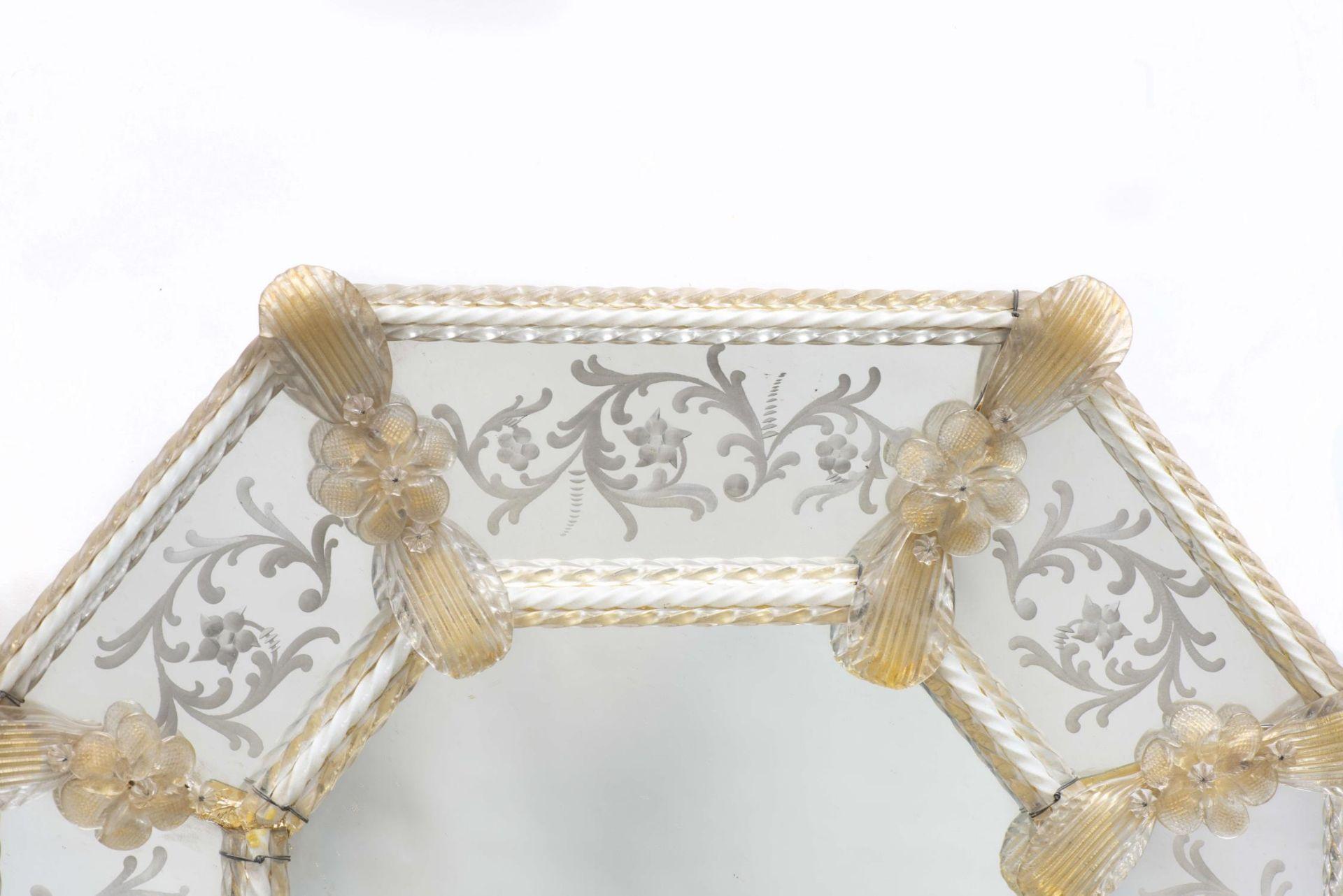 Miroir vénitien octogonal encadré de torsades et de fleurs en verre - Bild 2 aus 4