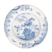 17TH/18TH CENTURY CHINESE KANGXI BLUE AND WHITE POTTERY PLATE