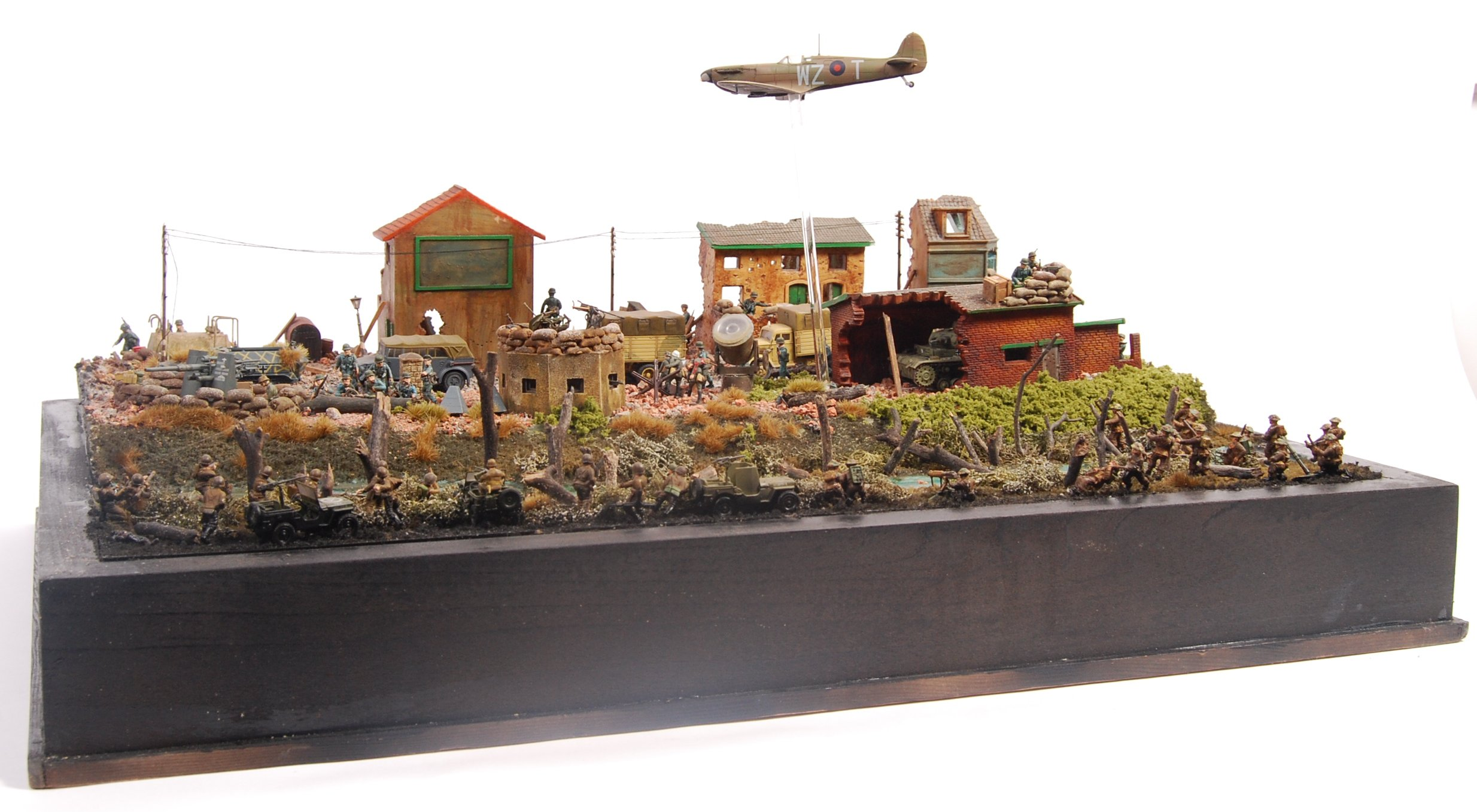 INCREDIBLE MUSEUM STANDARD WWII DIORAMA BATTLE SCENE
