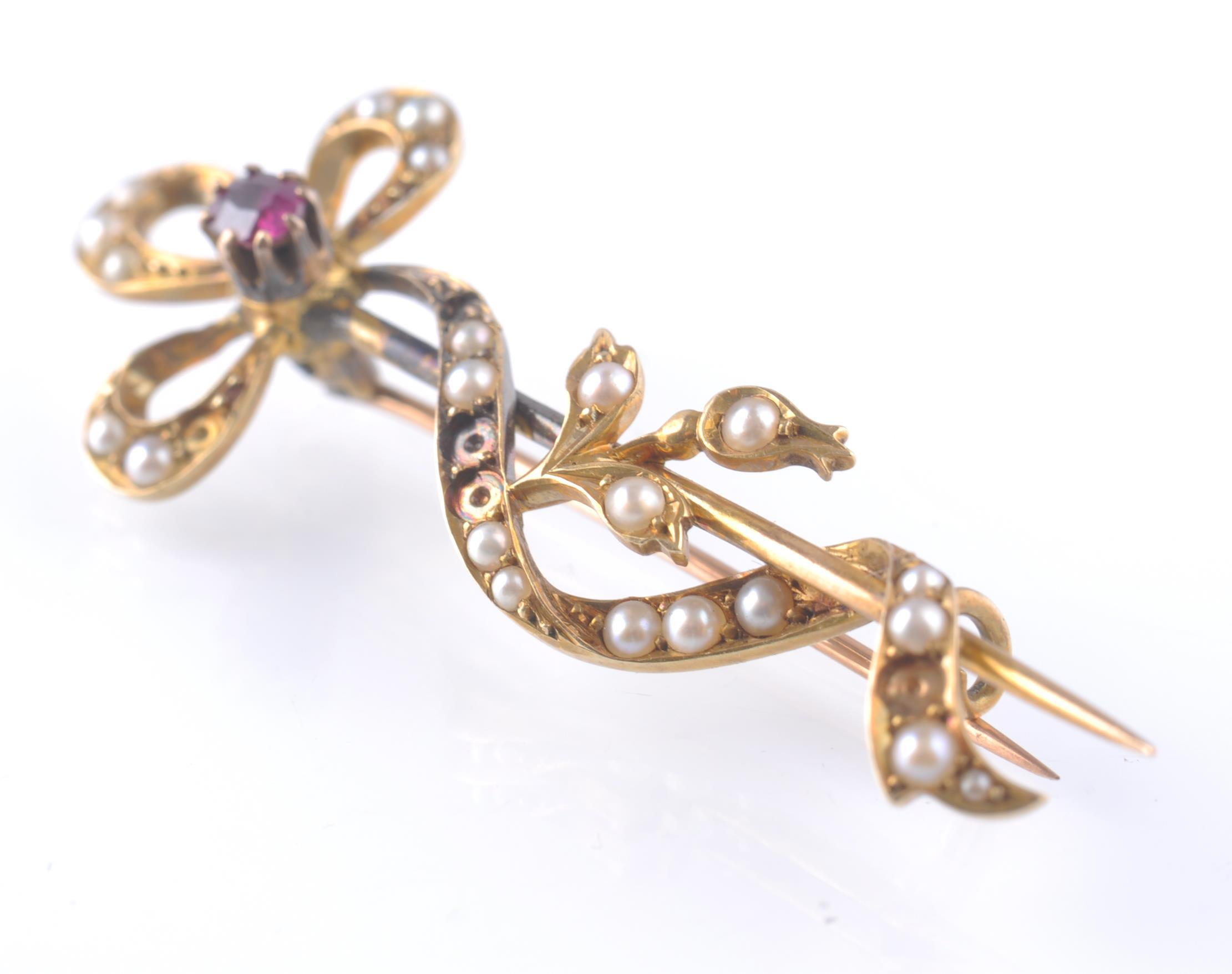 Lot 120 - 18CT GOLD RUBY AND SEED PEARL STICK PIN BROOCH