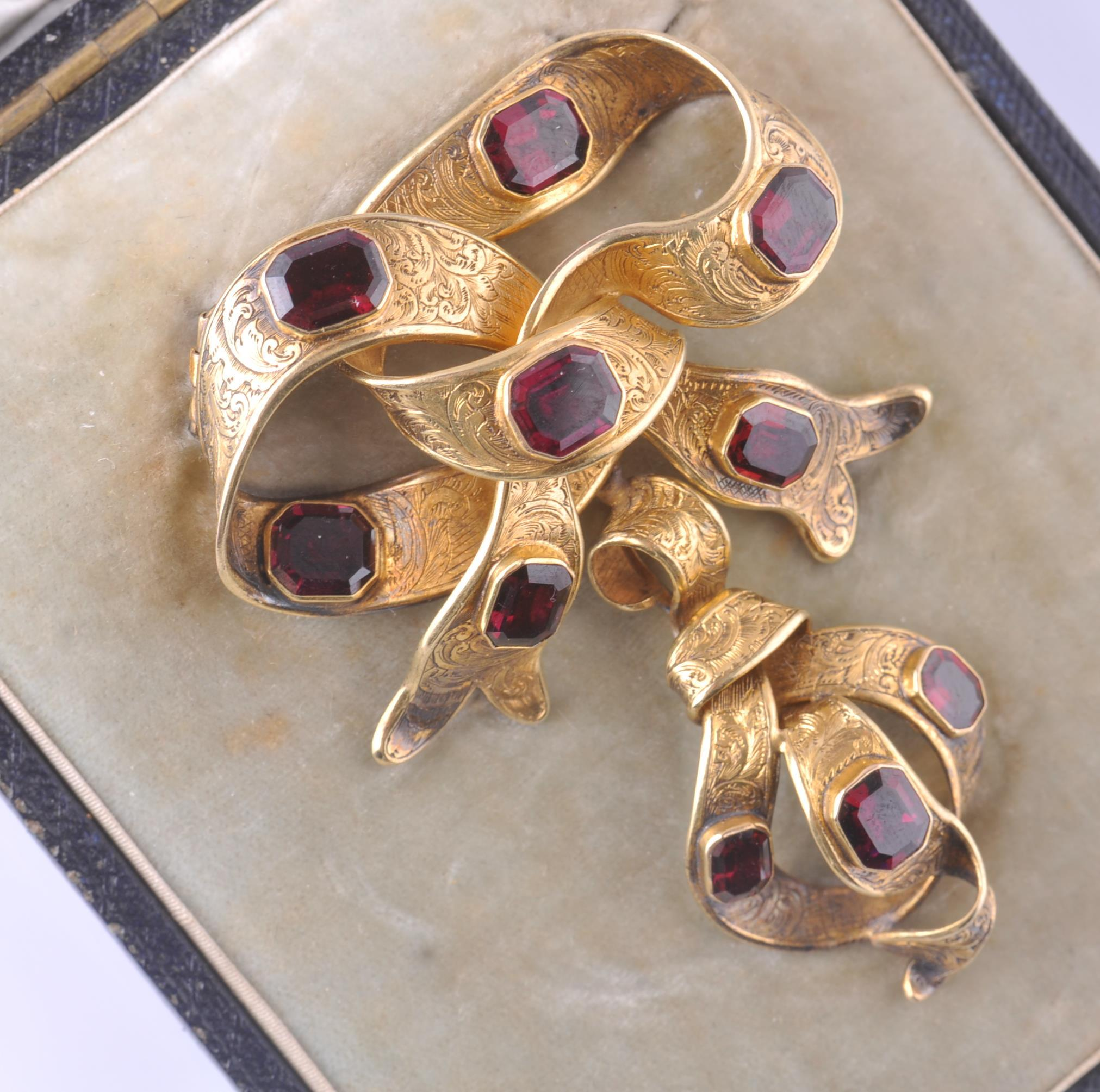 Lot 141 - A CASED 19TH CENTURY GOLD & GARNET BROOCH