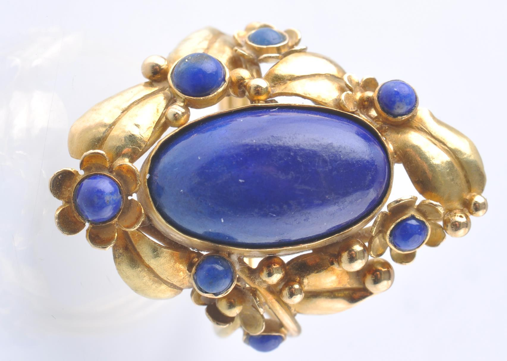Lot 89 - A HALLMARKED 1970'S 18CT GOLD AND LAPIS LAZULI RIN