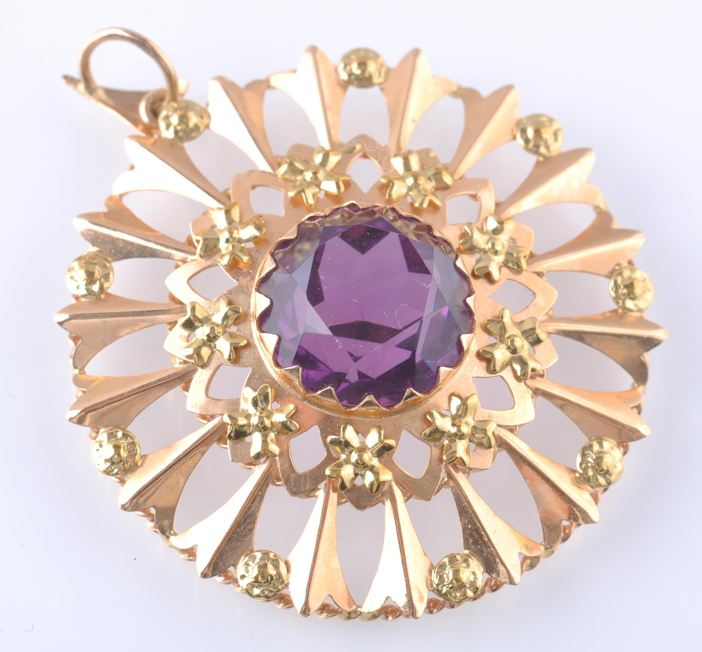 Lot 101 - AN 18CT GOLD AND PURPLE GEM PENDANT BROOCH