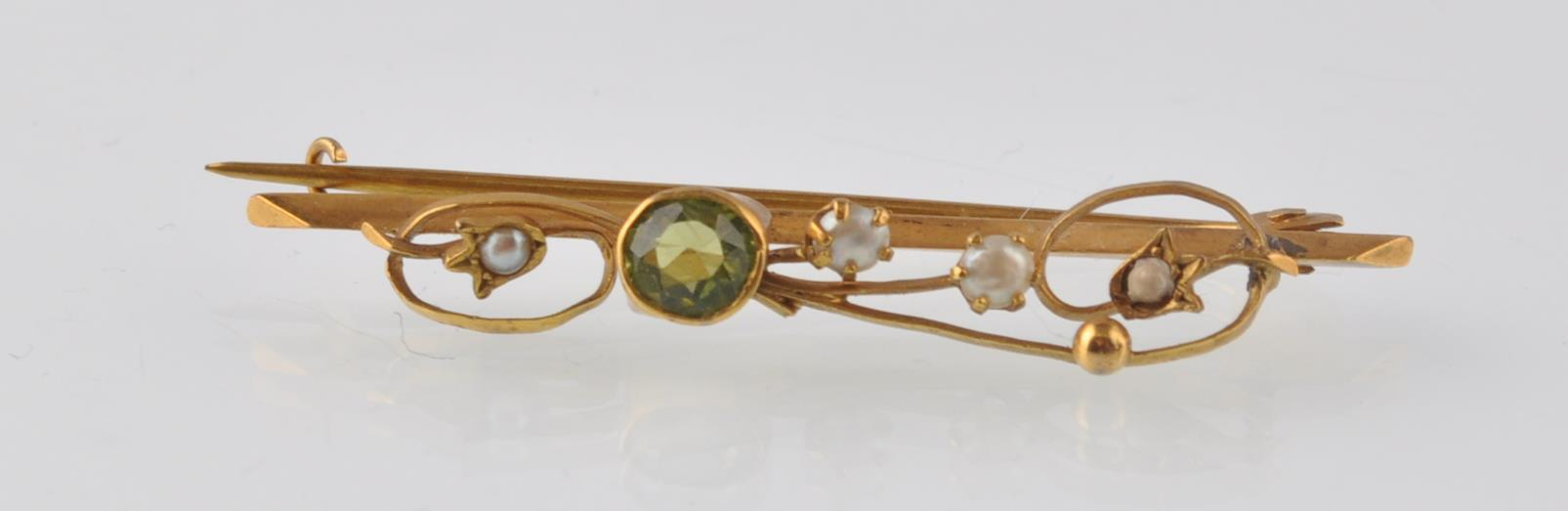 Lot 32 - ART NOUVEAU 9CT GOLD PERIDOT AND SEED PEARL BROOCH