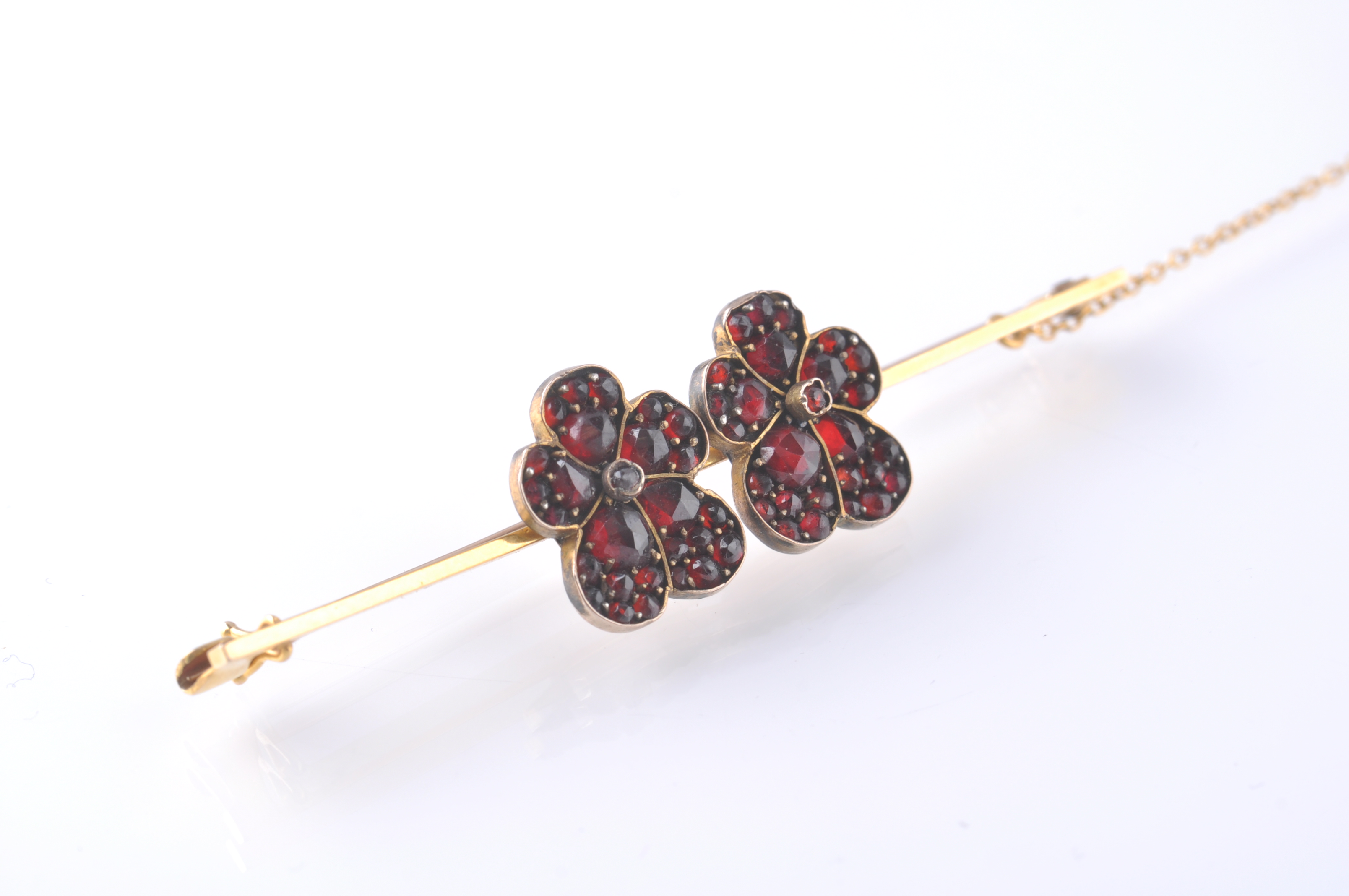 Lot 124 - LATE 19TH VICTORIAN 15CT GOLD BAR BROOCH WITH GARN
