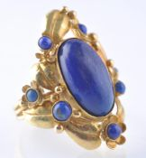A HALLMARKED 1970'S 18CT GOLD AND LAPIS LAZULI RIN