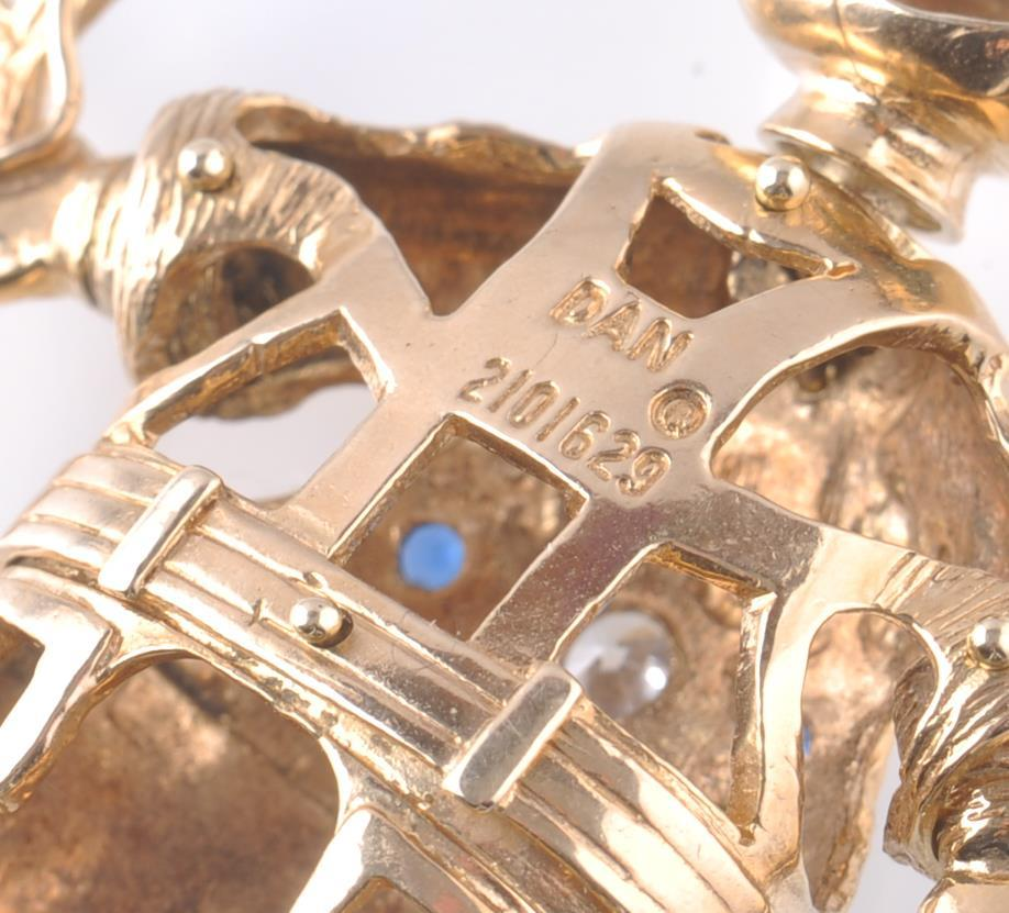 Lot 28 - AN OVERSIZED HALLMARKED 9CT GOLD FIGURAL PENDANT O