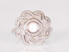 A ladies Art Deco style dress ring having a pierce