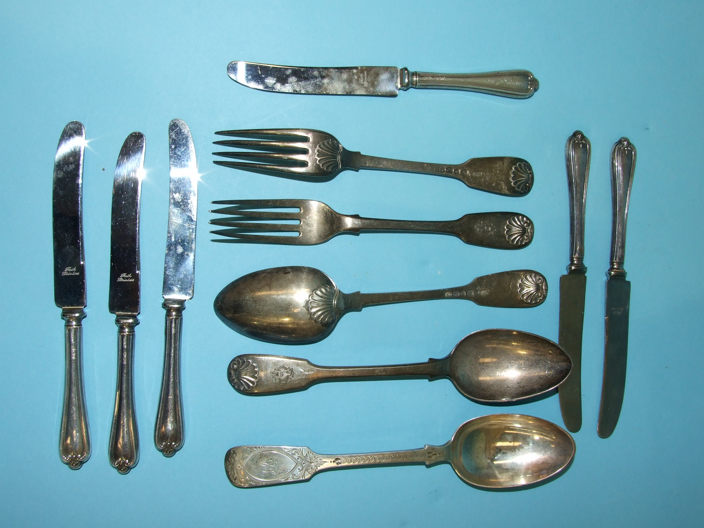 Lot 322 - Two pairs of Georgian fiddle and shell pattern dessert spoon and fork, maker WC, London 1826,