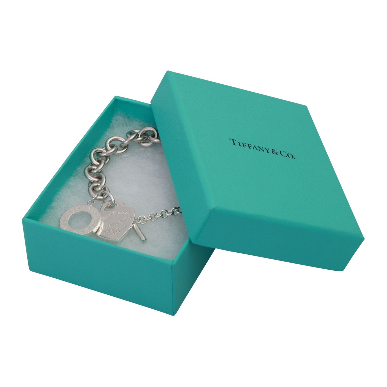 """Lot 57 - TIFFANY & CO Armband """"Return to Tiffany"""",mit Herzanhänger und Knebelverschluß. Silber. NP ca."""