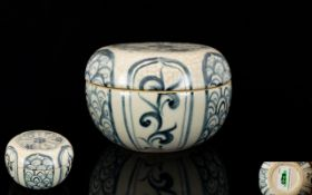 Antique Chinese Ming Dynasty Box And Cover, Blue And White Floral Pattern, diameter 4 inches,