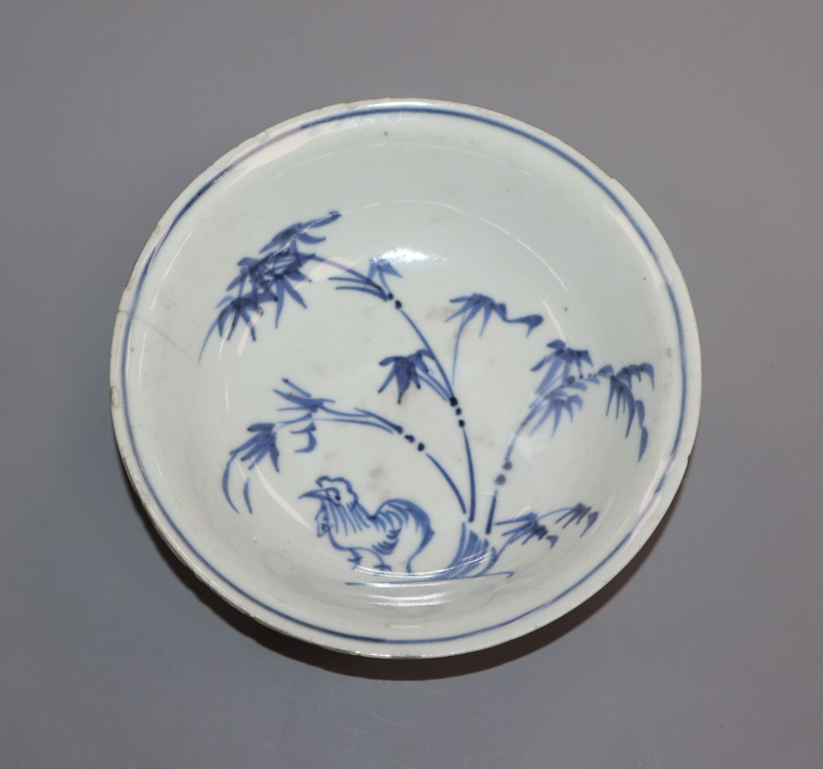 Lot 307 - A Chinese Wanli period blue and white 'cockerel' dish