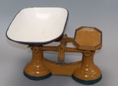 A set of kitchen scales and weights to weigh 14Ib
