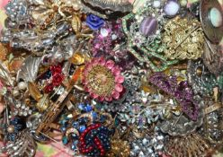 A quantity of assorted costume jewellery including brooches etc.