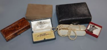 A small quantity of assorted Victorian and later costume jewellery.