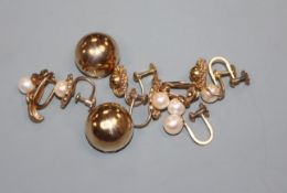 Five assorted pairs of 9ct gold earclips including cultured pearl set.